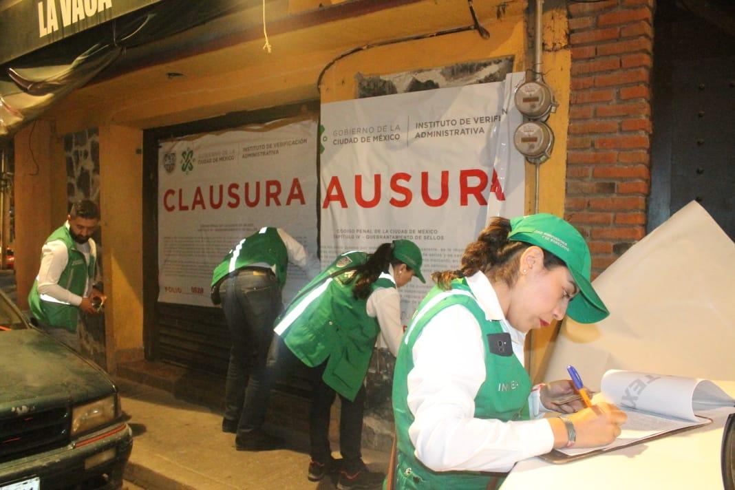 Verificador colocando sellos de clausura